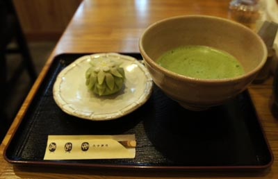Gateau japonais traditionnel, wagashi 和菓子, accompagné de thé vert à base de matcha 抹茶 © Aventure Japon